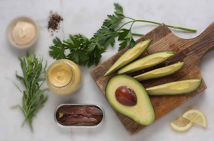 Aguacate-con-anchoas-Ramas-de-cilantro