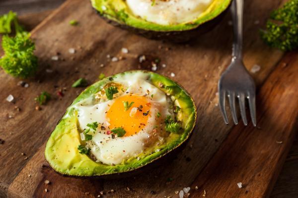 Aguacate con huevos al horno