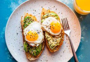 Huevos rellenos de guacamole con picante y especias