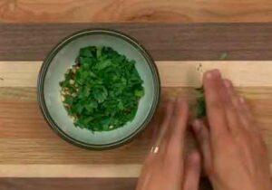 Picar los tomates y picar finamente el perejil.