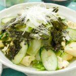 """""""Ensalada Choregi de Kuzushi Tofu y Aguacate"""" con un video. El punto es escurrir el tofu usando un horno microondas."""